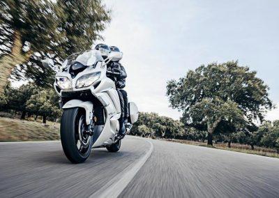 2016-Yamaha-FJR1300AE-EU-Matt-Silver-Action-003