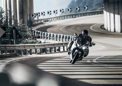 Motorsport-Pfiffner_2016-Yamaha-FJR1300AS-EU-Matt-Silver-Action-001 (4)