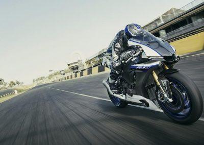 Motoshop-Pfiffner_2017-Yamaha-YZF-R1M-EU-Silver-Blu-Carbon-Action-001 (2)