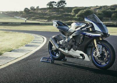Motoshop-Pfiffner_2017-Yamaha-YZF-R1M-EU-Silver-Blu-Carbon-Action-001 (6)
