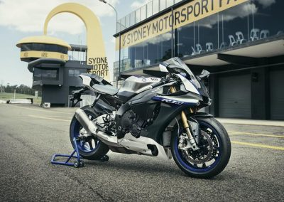 Motoshop-Pfiffner_2017-Yamaha-YZF-R1M-EU-Silver-Blu-Carbon-Action-001 (7)